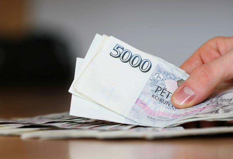 ilustrační foto - Mužská ruka sbankovkami
